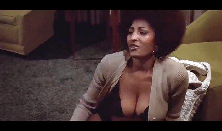 schlankes Mädchen zeigt Titten und Arsch deutsche kostenlose pornovideos für Geld