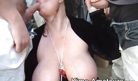 Sexy Mädchen macht die geilsten pornovideos Blowjob vor allen