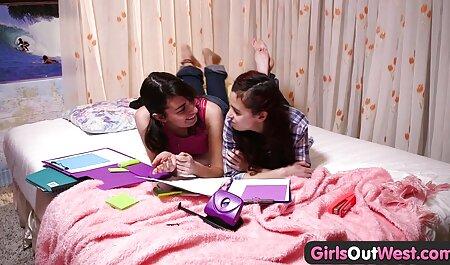 Eine Brünette zieht romantische pornovideos sich auf ihrem Bett aus.